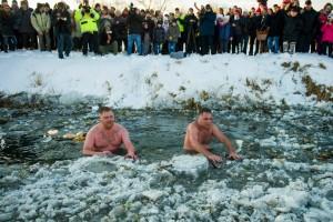 Jeges fürdés a Zagyva folyóban